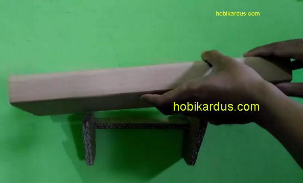 memasang papan taruh ke bagian pengunci